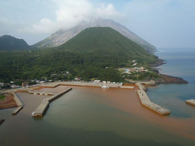 薩摩硫黄島周辺ではイルカやウミガメに会えるかも? 港では海が赤褐色に染色!