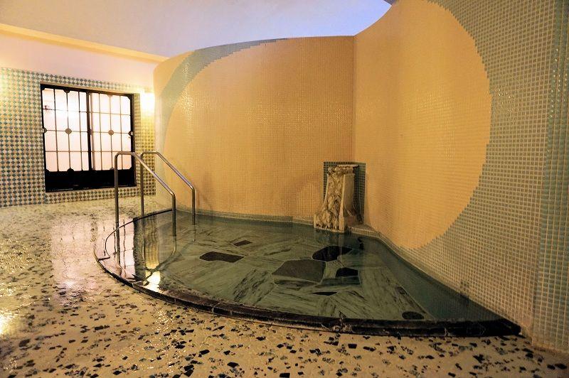 「萬翠楼福住」の浴室は直線と曲線美の融合が見事!シルクの様な柔らかな肌触りは、身も心も潤う名湯