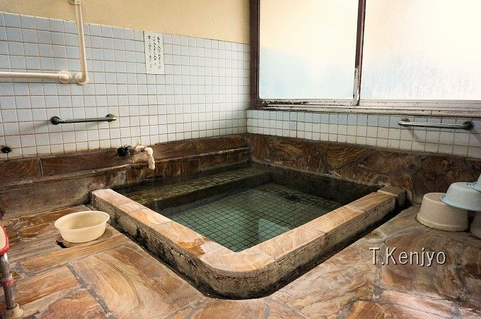 混浴が苦手な方には男女別の大浴場も有り。湯口の析出物は本物の温泉の証