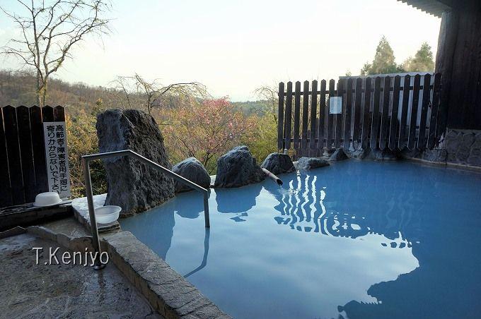 """「豊礼の宿」は全国的に貴重な""""青湯""""と、わいた山の裾野を見渡す壮大な景色が魅力"""