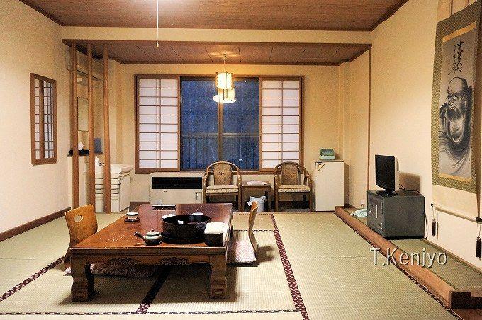渓流を臨む客室は、都会の喧騒を忘れさせる癒しの空間