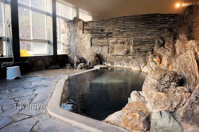 混浴露天風呂だけじゃない!二ヶ所の内湯は、お湯にこだわる人向けの絶品泉質。