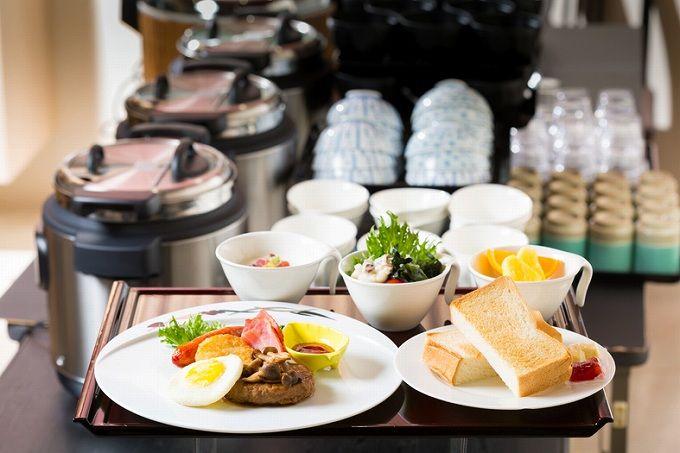朝食はバイキング形式。事前予約で個室利用も可能