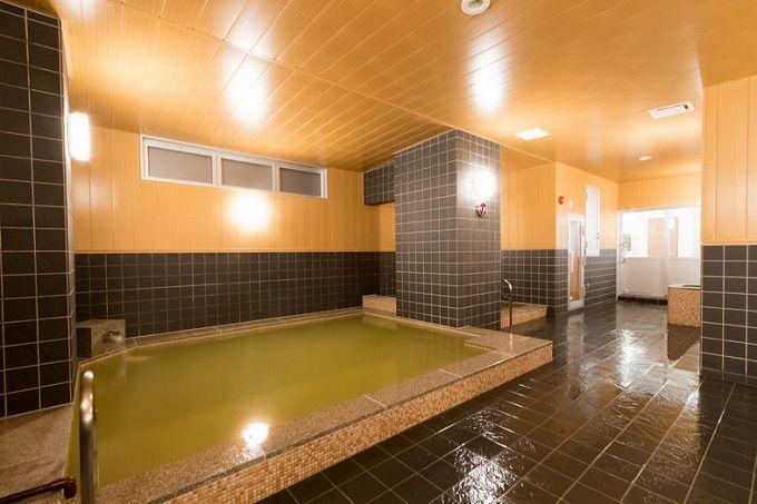 大浴場は源泉100%かけ流し。緑褐色のにごり湯は有名温泉地の名湯に匹敵!