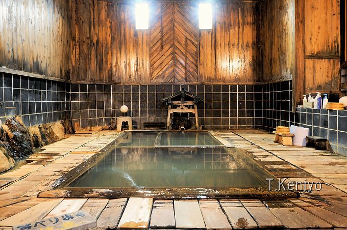 混浴内湯は足元湧出のぬる湯。深夜の静寂の中での入浴は崇高な入浴体験!