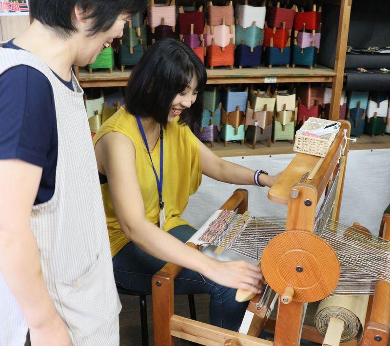 島根県「やさか村ワタブンアートファブリック」でミニ機織り体験&工場見学しよう!