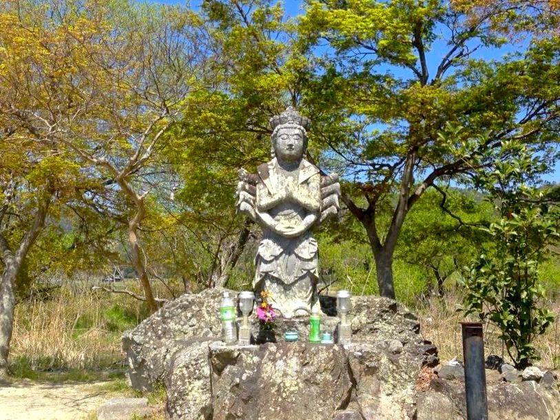 京都嵯峨野・広沢池を見守る千手観音石仏の脇手がユニーク!