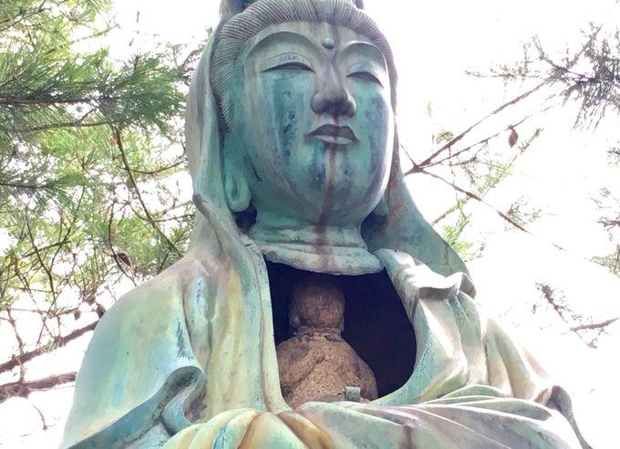 小型の観音石仏を内蔵する特異な姿の観音さま