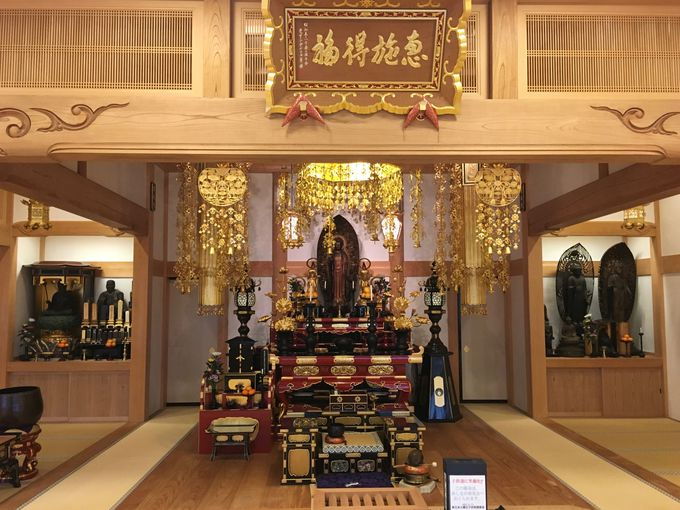 多くの仏像を安置する浄土宗の寺院
