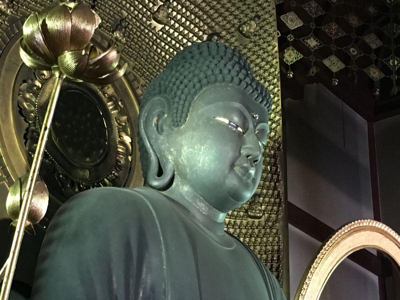 京都・新京極で人々を見守る「誓願寺」の巨大阿弥陀如来像