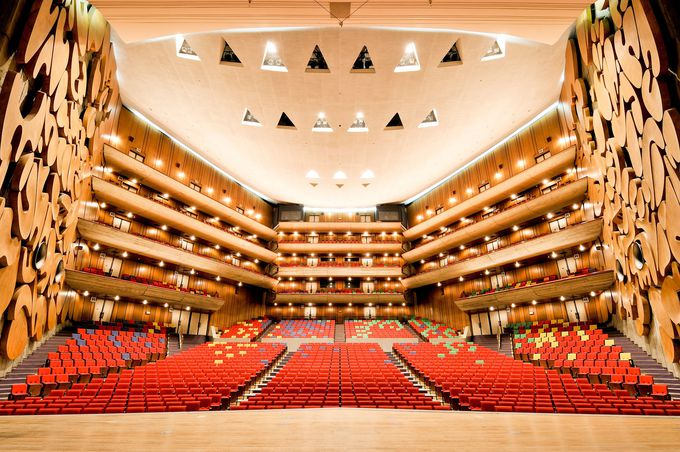 5階建て、圧巻の大ホール