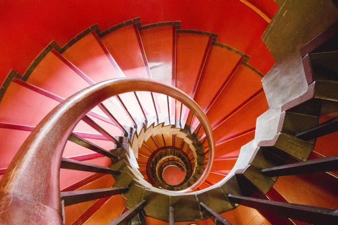 真っ赤ならせん階段はインパクト絶大!