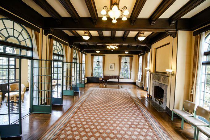 美しくて広大な居間は圧巻の一言