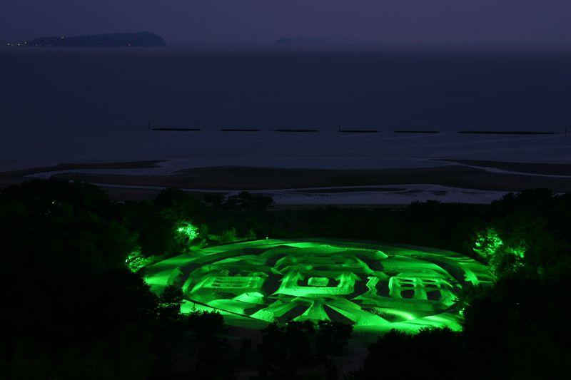 暗闇に光る銭形砂絵でご利益アップ!?香川県琴弾浜の銭形砂絵を見に行こう!