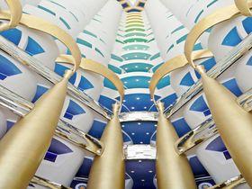 ドバイの7つ星「ブルジュ アル アラブ」で夢の一夜を!全てが2階建てスイートの客室&豪華なプール