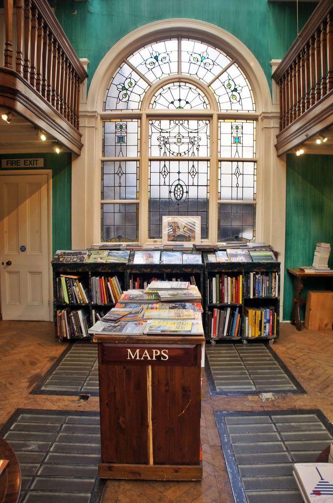 書店の奥に広がる明るく美しい空間
