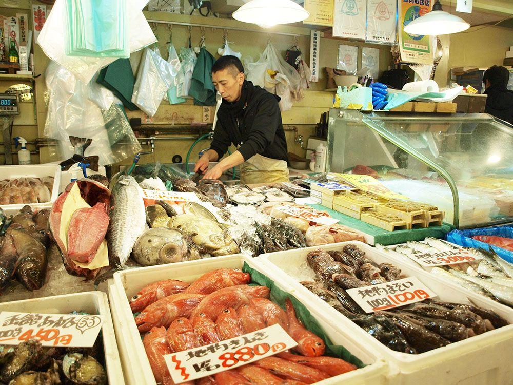 それぞれ得意分野は違う。まずは「前鮮魚店」だ!