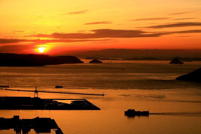 夕陽に照らされる瀬戸内海と島々のシルエット