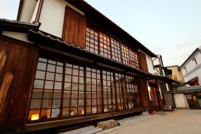 「切子あかり」とマッピングが展示・上映される倉敷物語館