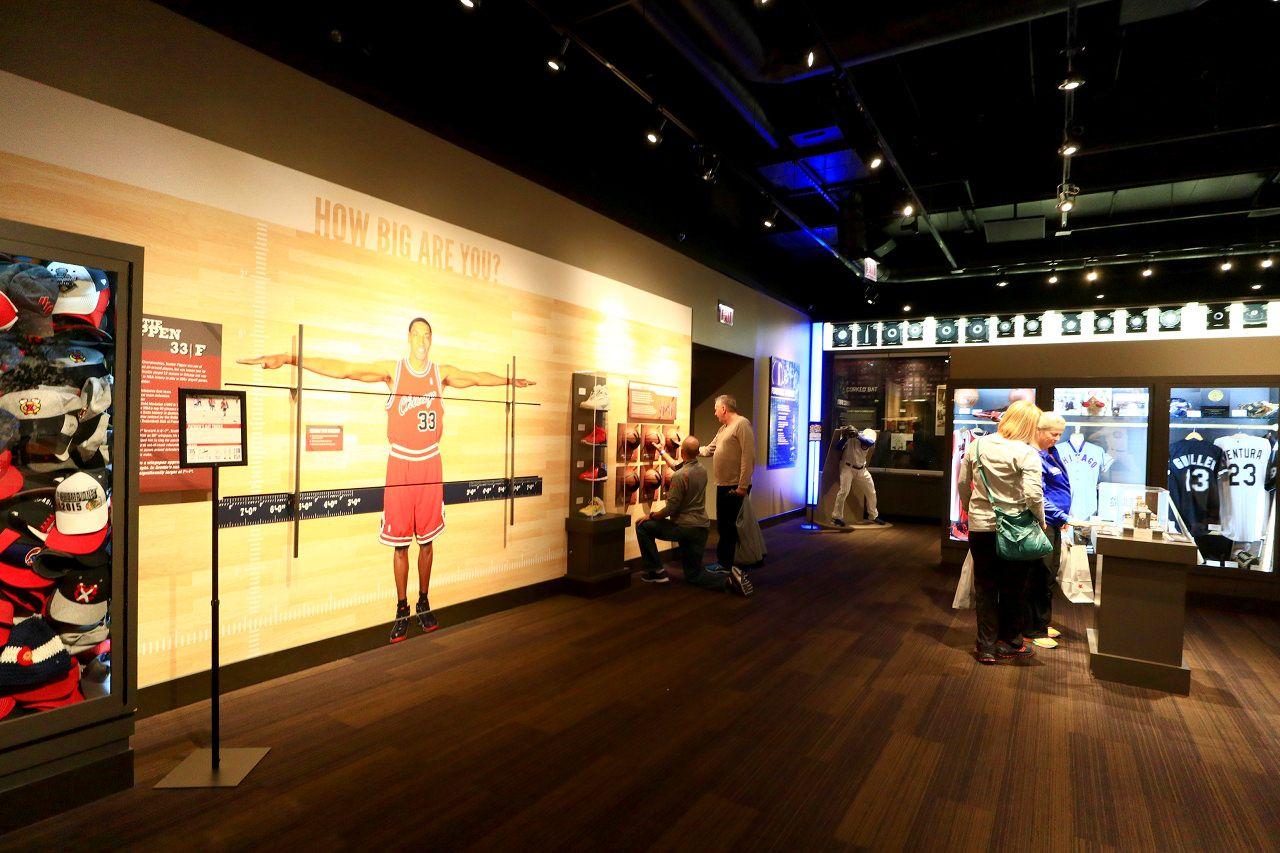 やっぱりデカイ!「シカゴ・スポーツ博物館」で体感するスポーツ選手の体格