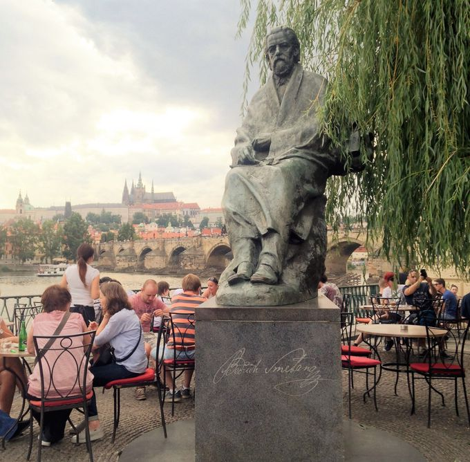 スメタナと一緒に乾杯!プラハ城を見上げモルダウを口ずさみながら飲む!「ラーフカ」