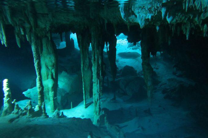 鍾乳洞を潜り抜けると広がる神秘的な世界、水中ドームへ