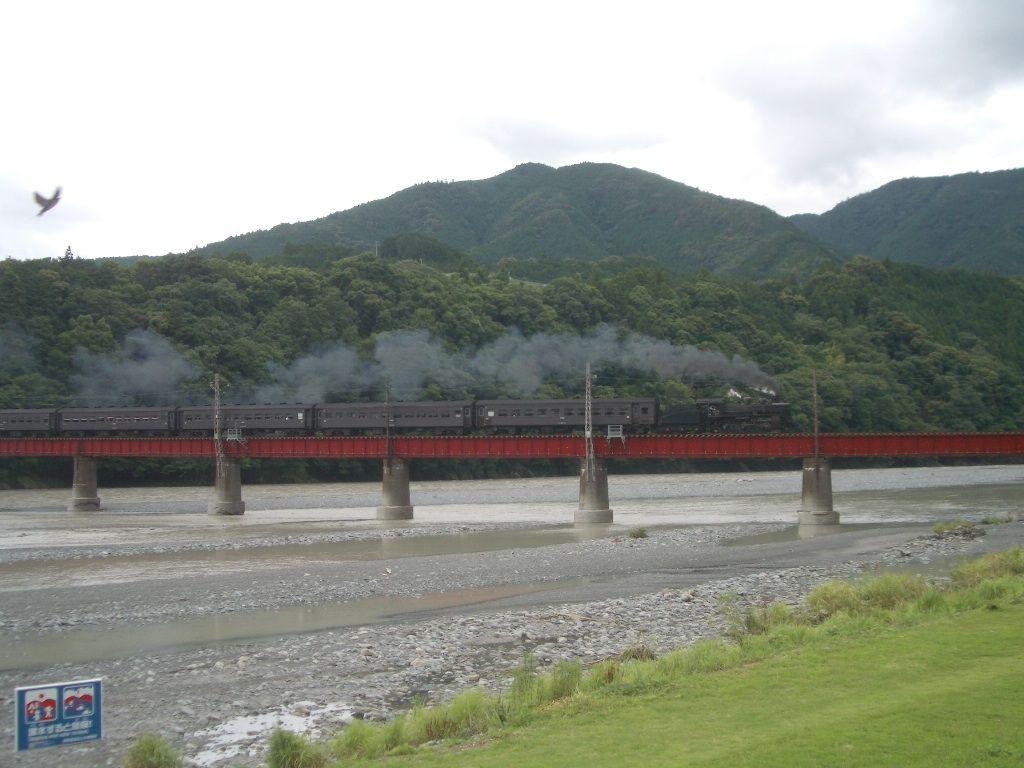 郷愁を誘う蒸気機関車の風景