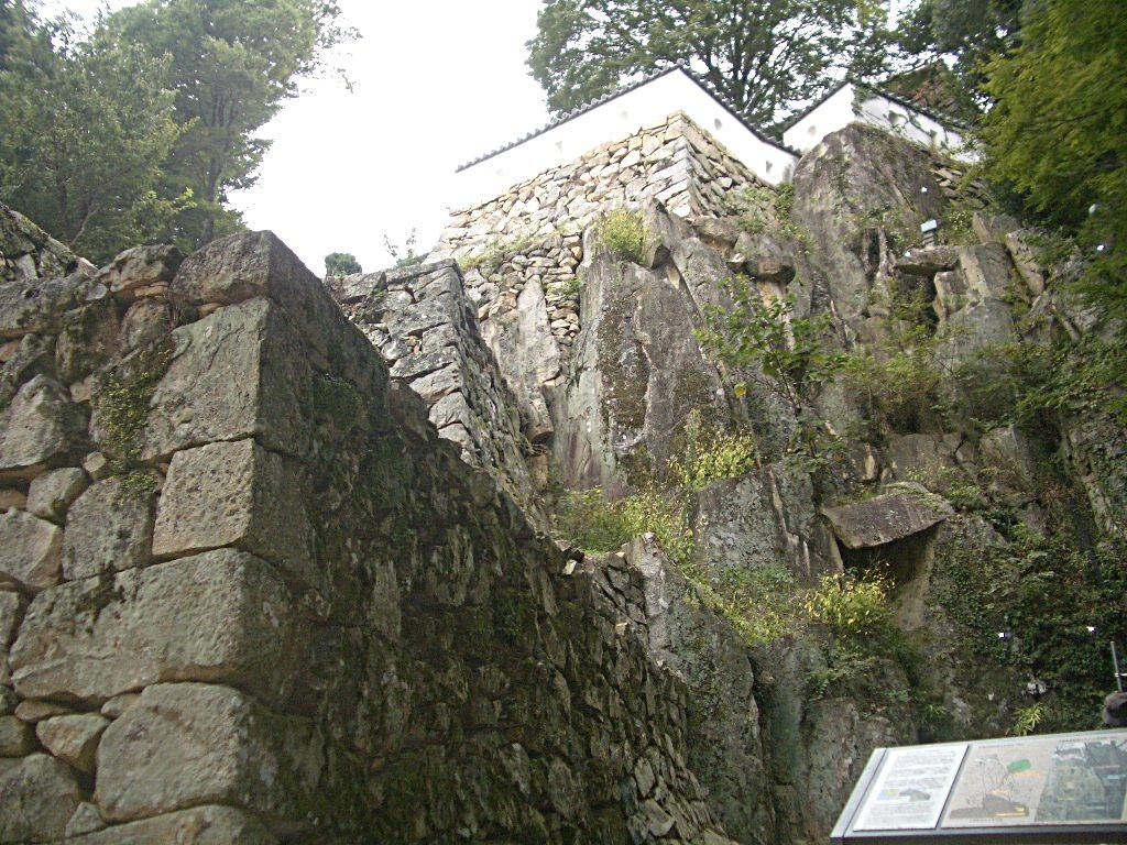 天然の岩盤に築かれた石垣