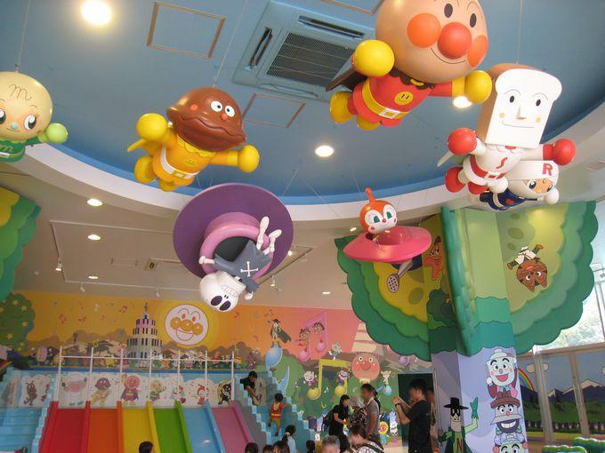 「虹のすべり台」には子ども達の行列が!