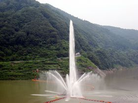 高さ日本一!山形・月山湖の「水の舞」で夏の涼を!|山形県|トラベルjp<たびねす>