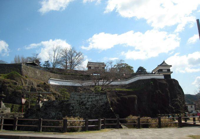 断崖絶壁の上に建つ櫓が美しい