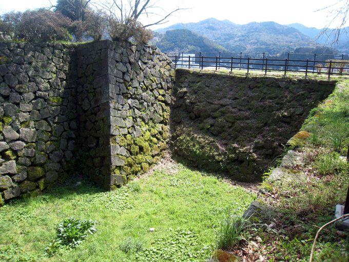 16世紀の石垣と岸壁の岩肌が珍しい!