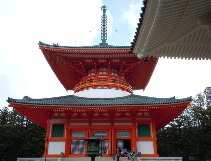 堂内に立体の曼荼羅(まんだら)を構成した大塔