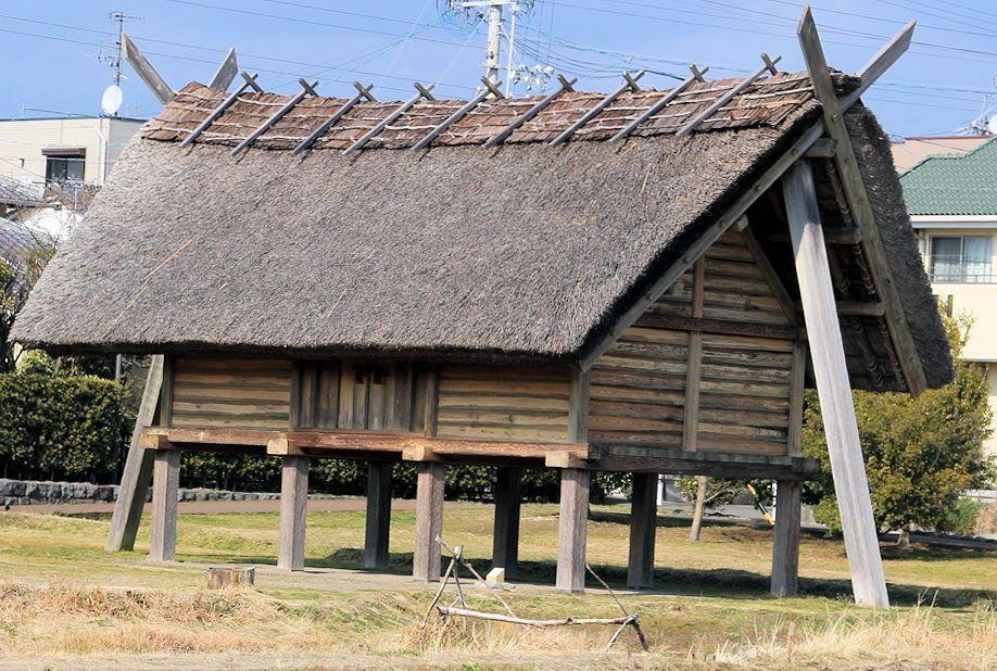 ムラの中では群を抜く大きな建物。屋根の形状から祭殿であることが想像できる。