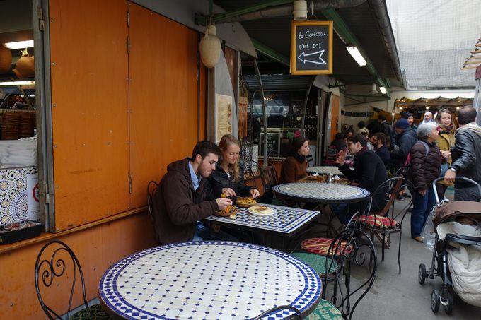 各国料理の屋台が立ち並ぶグルメ市場