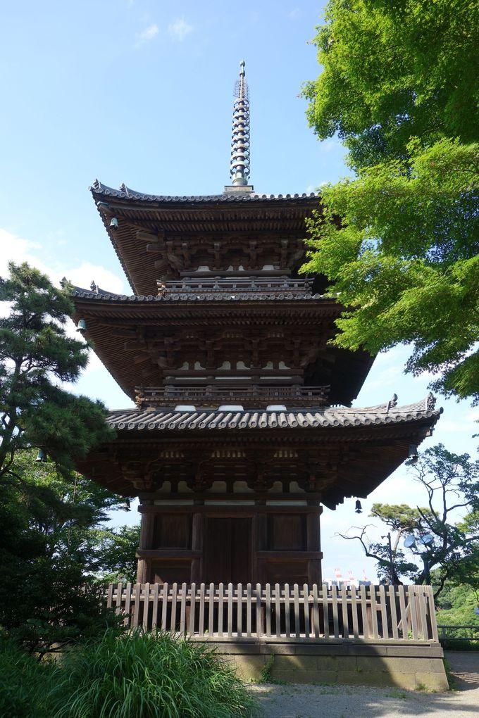 外苑のランドマーク「旧燈明寺三重塔」
