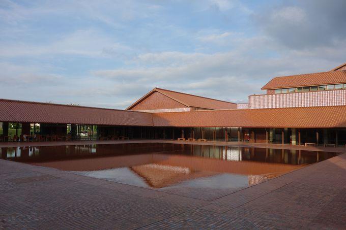 28万枚の石州瓦が美しい石見地域の芸術文化拠点「Grand Toit グラントワ」