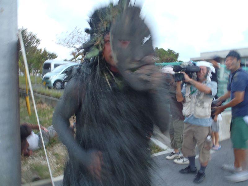 宮古島の奇祭「パーントゥ」は人も車も容赦なし、恐ろしい神様が泥を塗りたくる!