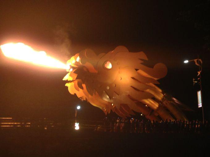豪快に炎を噴くドラゴンの熱気が凄い!