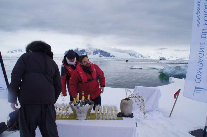 氷山の上のシャンパンバー