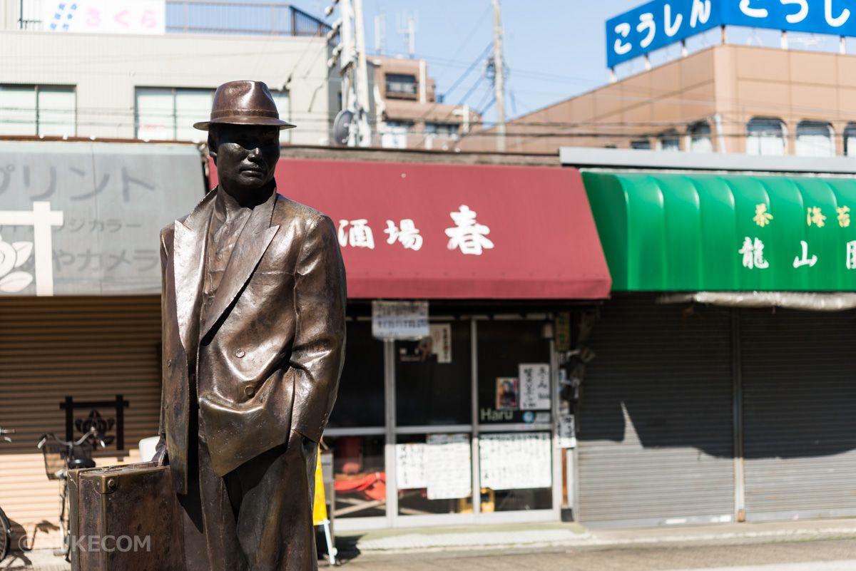 駅前には寅さんの銅像