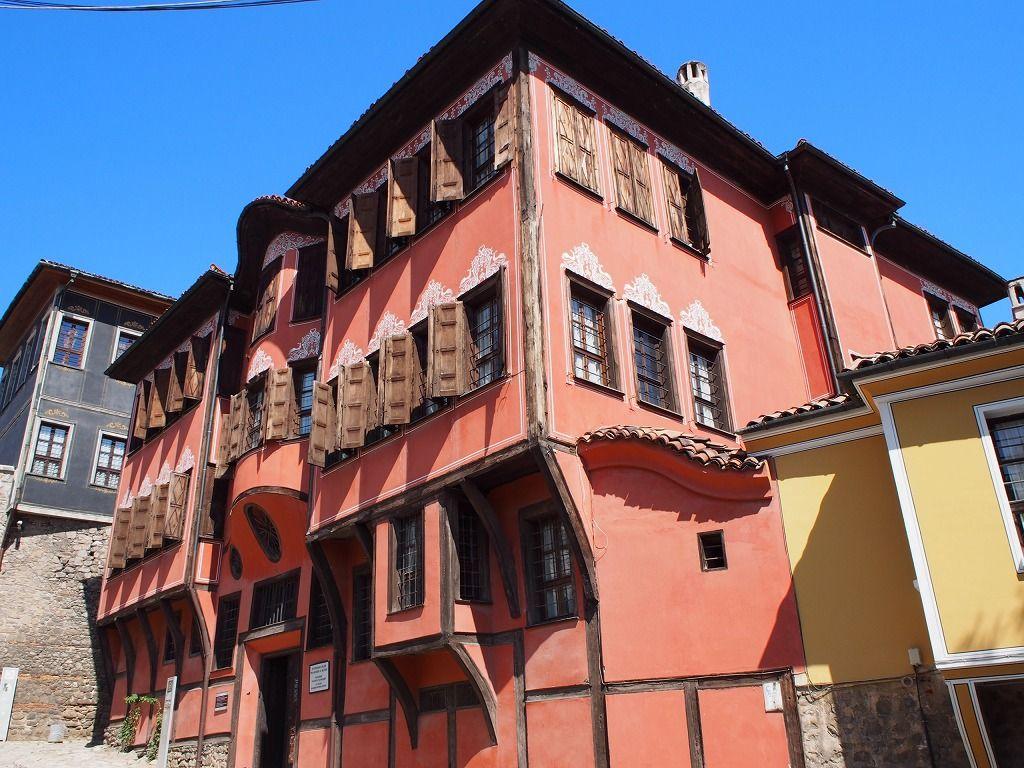 SNSに投稿したい!カラフルなピンクのお屋敷「ブルガリア民族復興博物館」