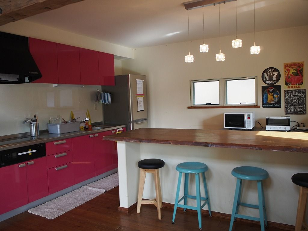 バーカウンターにピンクのキッチン
