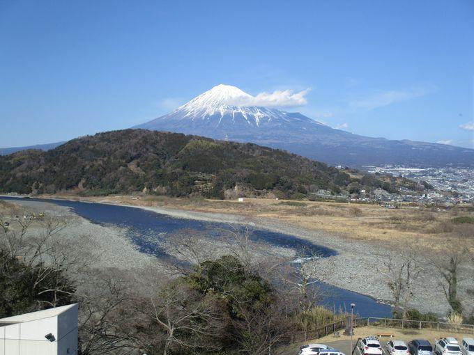 のんびり座って富士山を眺められる無料スポット!