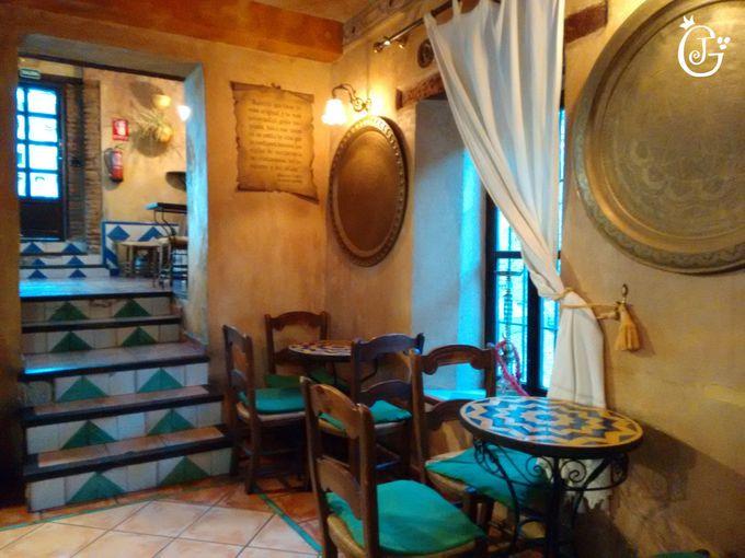 席に悩むという贅沢!!アルハンブラ宮殿か、凝りに凝った店内か??