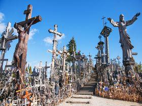 無数の十字架!異様な雰囲気を放つリトアニア「十字架の丘」