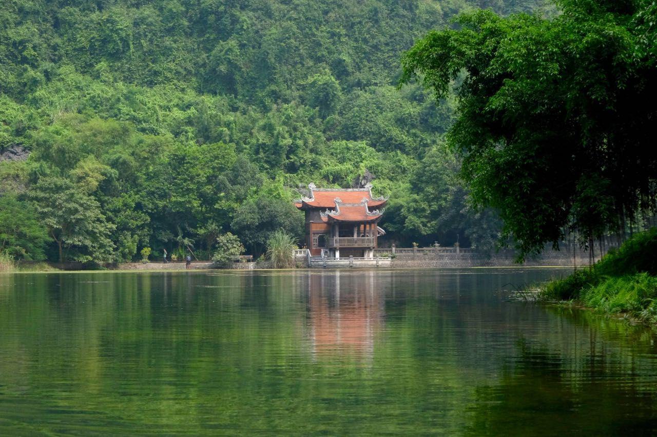 水辺の寺院を参拝