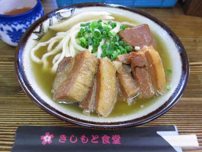 人気店「きしもと食堂 八重岳店」で沖縄そばを食べる