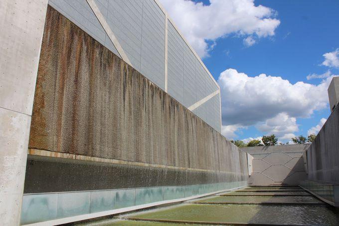 滝のように水が流れ落ちる圧巻の水庭空間