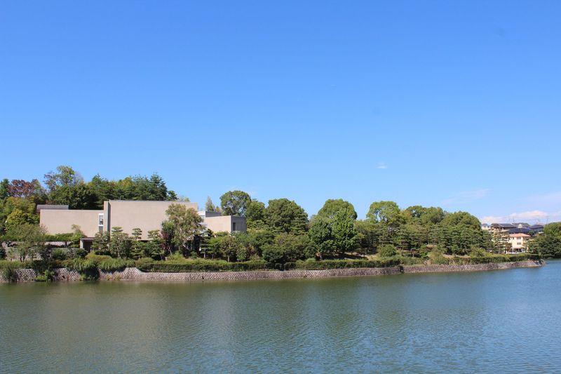 奈良市「松柏美術館」は雄大な緑に囲まれて建つ日本画ミュージアム!